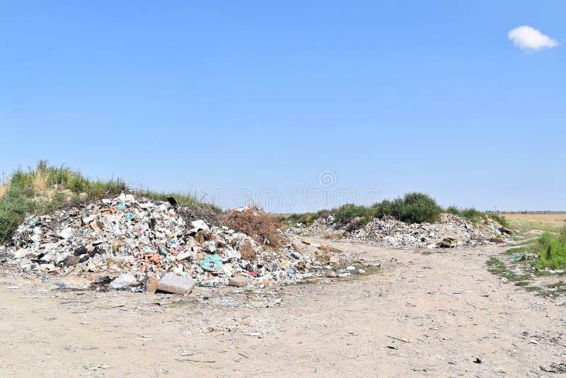 Свалка мусора, экологическая катастрофа в Восточной Европе стоковая фотография rf
