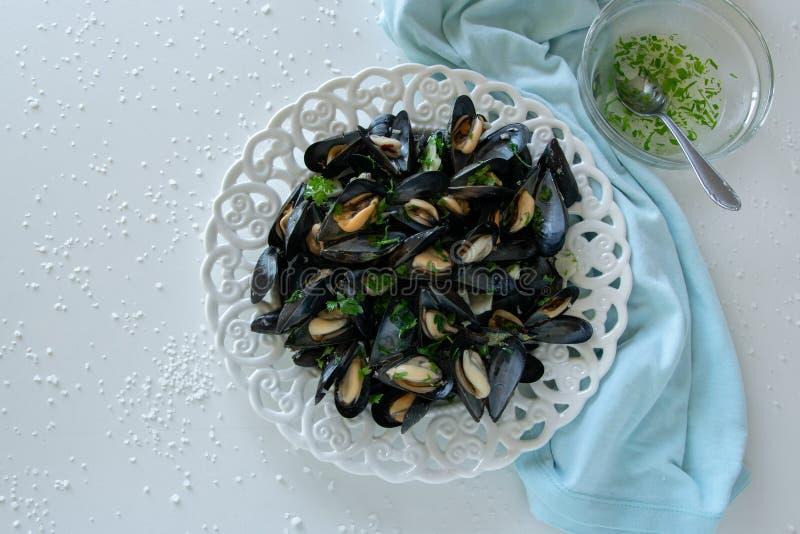 Сваренная очень вкусная черная мидия, соленая белая предпосылка Здоровая концепция еды, еда протеина стоковые фотографии rf