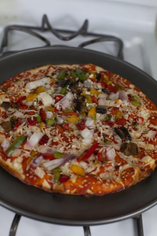 Сваренная пицца на лотке стоковые фотографии rf