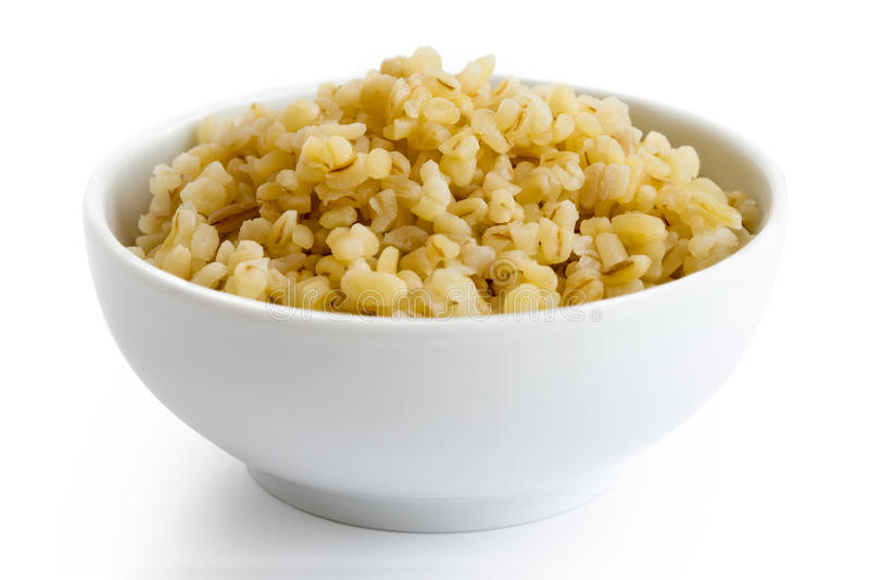 Сваренная пшеница булгура в белом керамическом шаре стоковое фото
