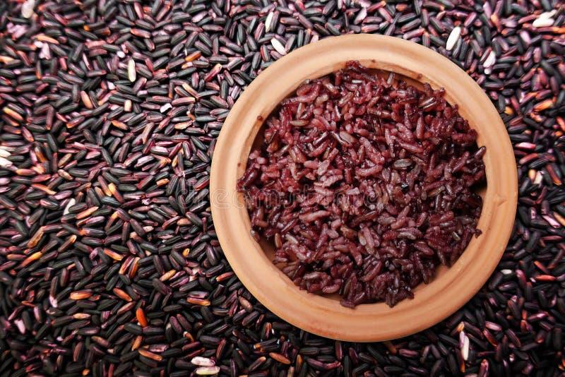 Сваренная фиолетовая ягода риса в глиняном горшке на зерне ягоды риса стоковые изображения rf