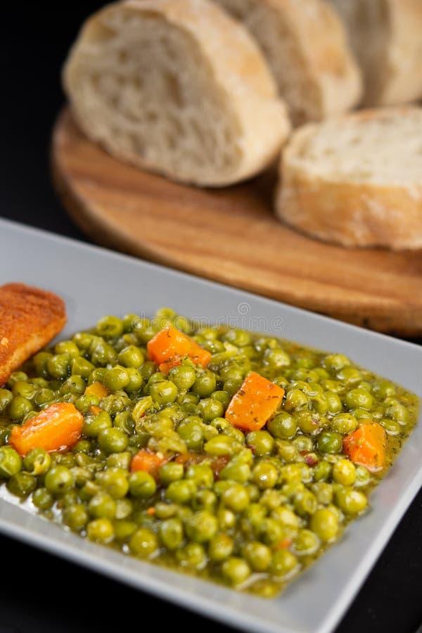 Сваренные зеленые горохи с морковью и овощами стоковое фото rf