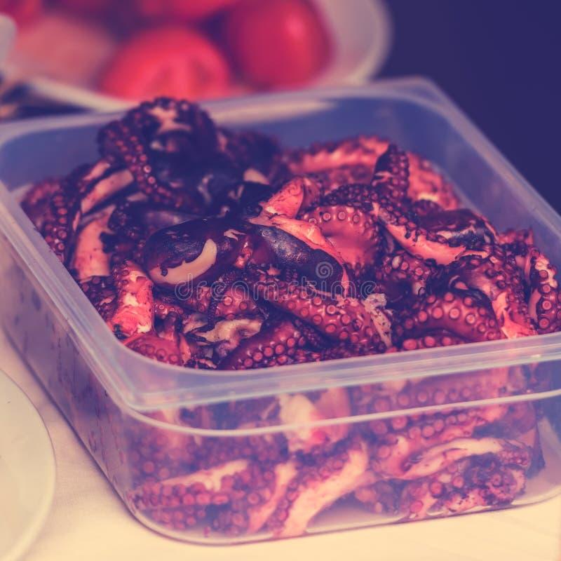 Сваренные части осьминога в коробке стоковое фото rf