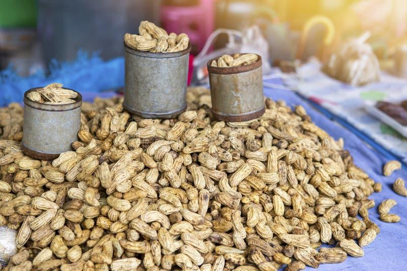 Сваренный арахис для продажи на рынке в Таиланде, закуске здорового питания стоковые изображения rf