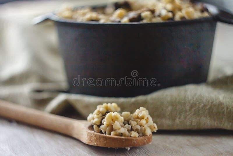 Сваренный для бака каши булгура с грибами Концепция свойственной здоровой простой и полезной еды стоковое фото