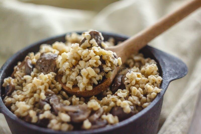 Сваренный для бака каши булгура с грибами Концепция свойственной здоровой простой и полезной еды стоковые фотографии rf