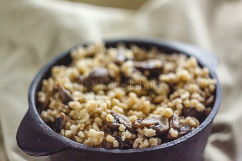 Сваренный для бака каши булгура с грибами Концепция свойственной здоровой простой и полезной еды стоковые изображения
