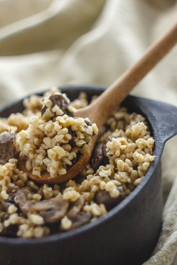 Сваренный для бака каши булгура с грибами Концепция свойственной здоровой простой и полезной еды стоковая фотография
