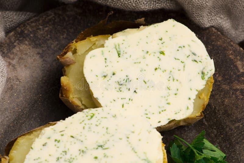 Сваренный картофель с маслом с травами стоковое изображение rf