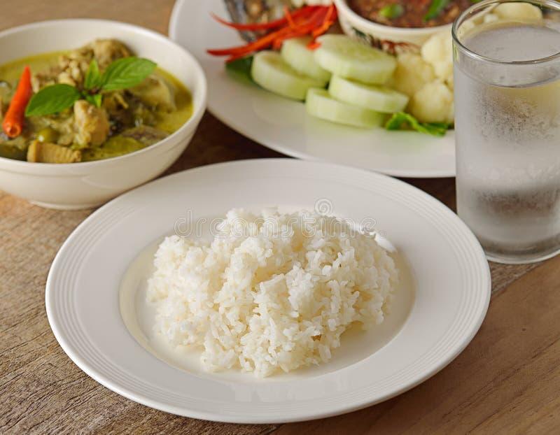 Сваренный рис в плите стоковое фото rf
