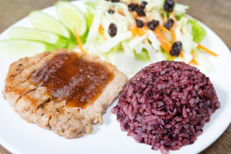 Сваренный рис жасмина с стейком стоковое изображение