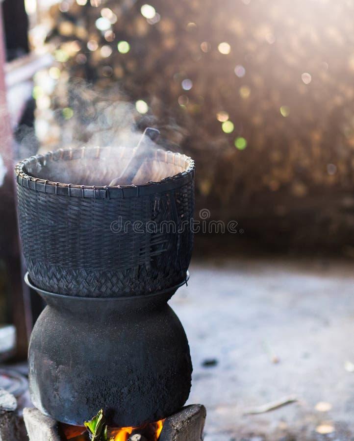 Сваренный рис на плите угля, тайский традиционный варить, тайский образ жизни стоковое изображение rf