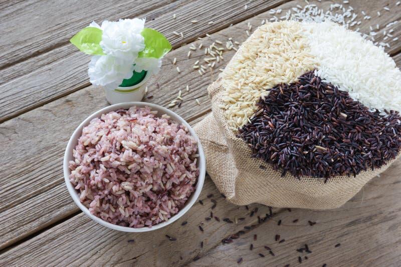 Сваренный рис с рисом жасмина, грубым рисом и рисом ягод стоковое фото rf