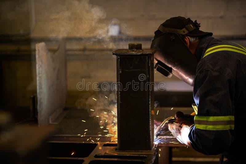 Сваривать в фабрике стоковое фото