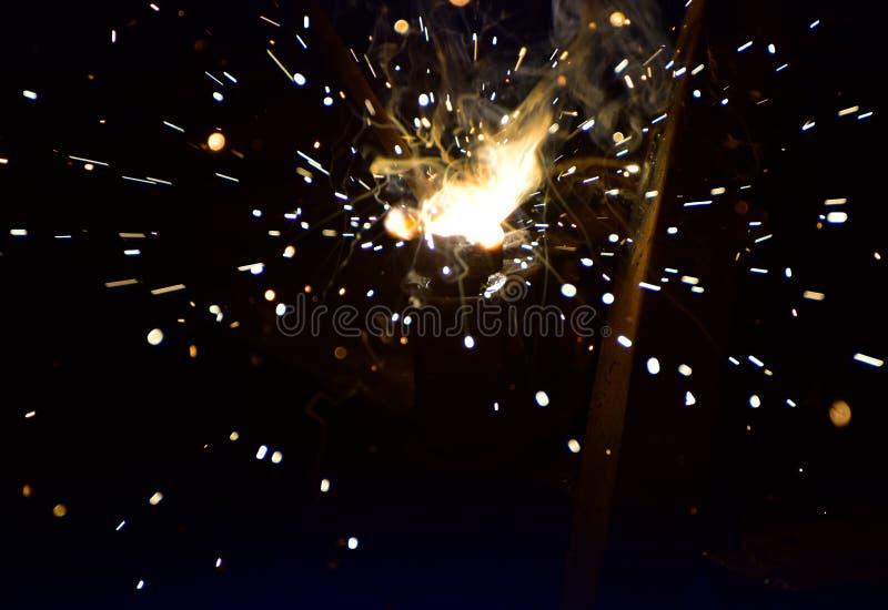 Сваривающ структуру металла с загоренным огнем пылает фотоснимок стоковое фото rf