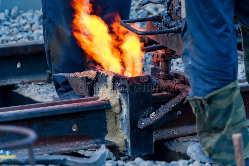 Сваривая огонь на конце outdoors строительной площадки стоковая фотография rf
