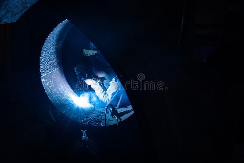 Сваривая стальные структуры и яркие искры с len пирофакел в ste стоковое фото rf