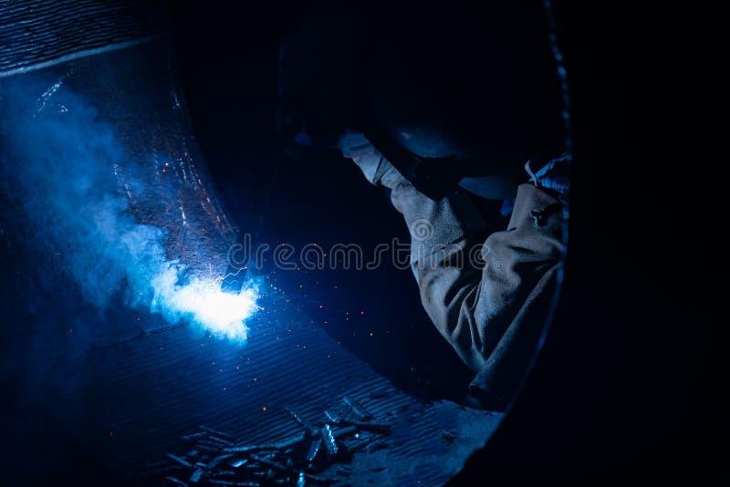 Сваривая стальные структуры и яркие искры с len пирофакел в ste стоковые фотографии rf