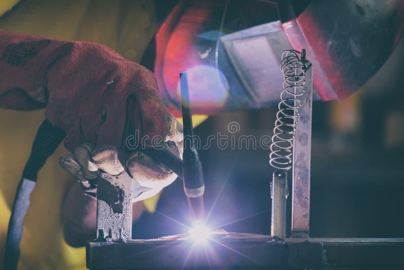 Сваривая стальные элементы на фабрике или мастерской стоковое фото