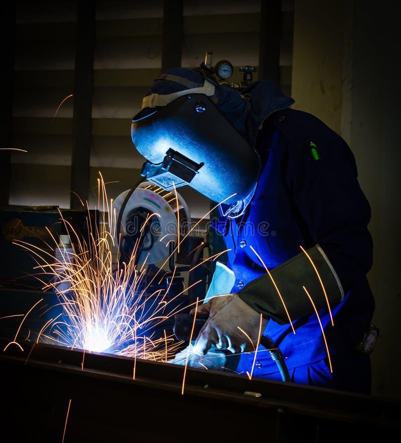 Download Сваривая стальная структура Стоковое Фото - изображение насчитывающей промышленно, свет: 33738260