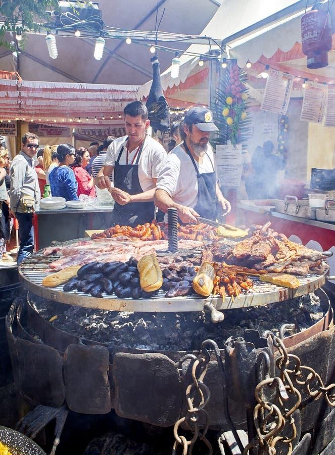 Сварите варить сосиски и нервюры свинины на bbq угля стоковые фото