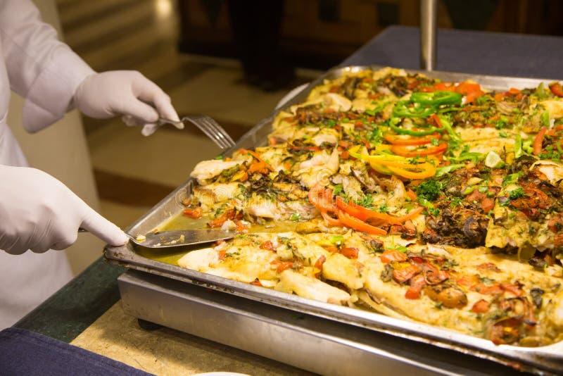 Сварите в белых перчатках кладет вне части еды shvetsky таблица ресторан стоковые фотографии rf