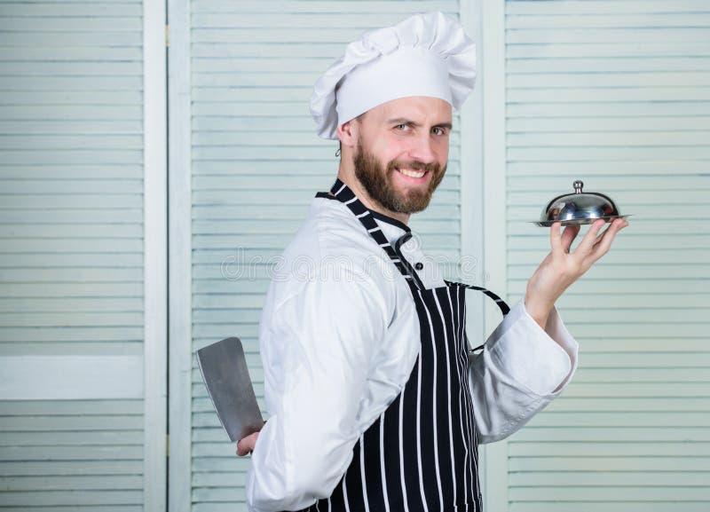 Сварите в ресторане, форме Профессионал в кухне кулинарная кухня уверенный человек в подносе владением рисбермы и шляпы шеф-повар стоковые изображения rf