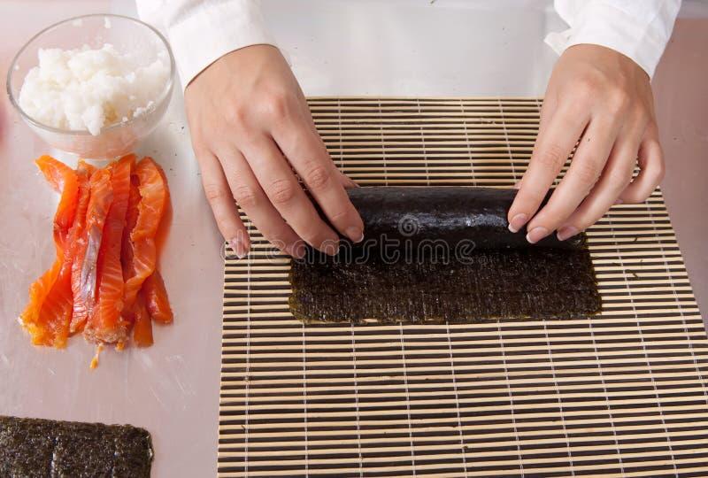 сварите делать суши семг кренов стоковые изображения rf
