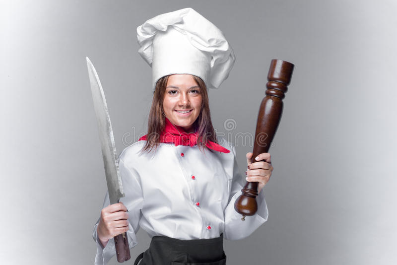 Сварите девушку держа огромные нож и перец стоковые изображения rf