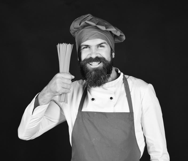 Сварите с счастливой стороной в бургундской шляпе и макаронных изделиях владениями рисбермы сухих Итальянская концепция ресторана стоковые изображения