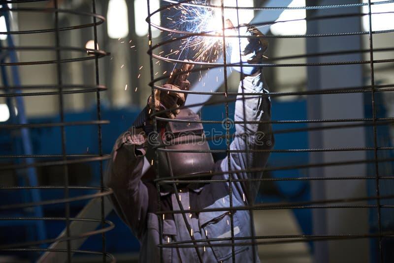 Сварки человека сварщика на фабрике стоковое фото