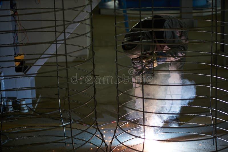 Сварки человека сварщика на фабрике стоковые фотографии rf