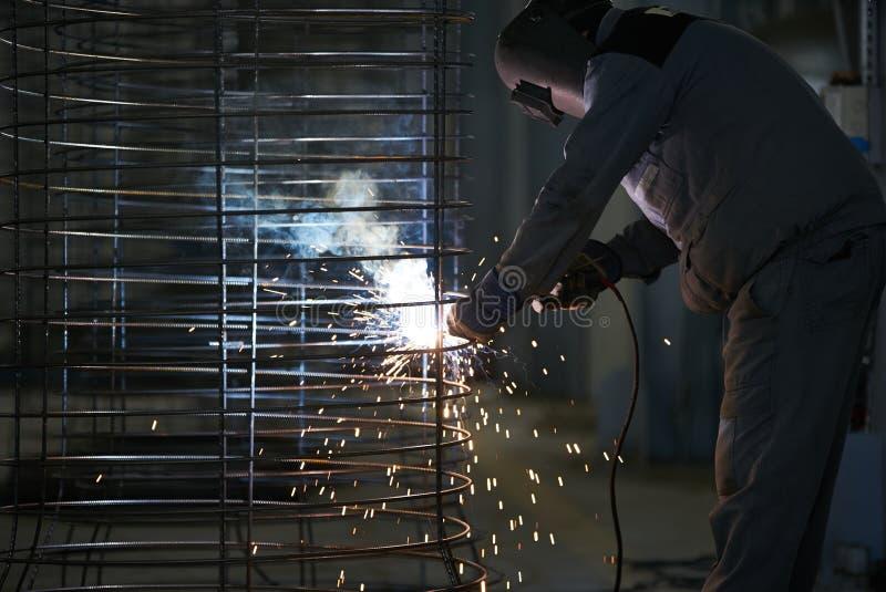 Сварки человека сварщика на фабрике стоковая фотография