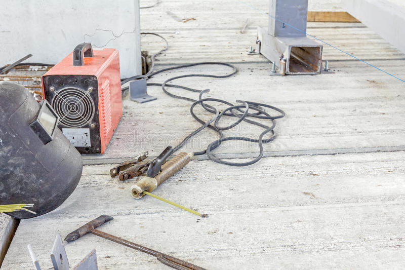 Сварочное оборудование с экраном и сварщик torch, необходимые инструменты стоковые фото