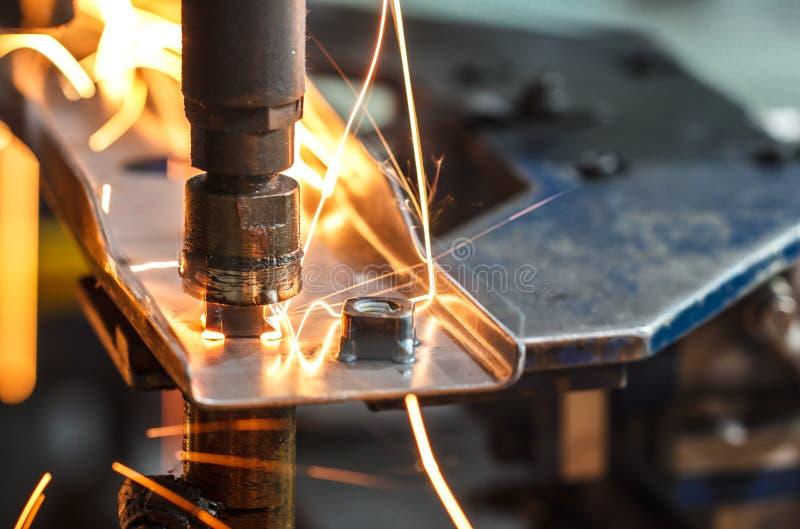Сварочный аппарат пятна, автомобильная деталь в фабрике автомобиля стоковое изображение