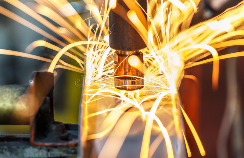Сварочный аппарат пятна, автомобильная деталь в фабрике автомобиля стоковые изображения rf