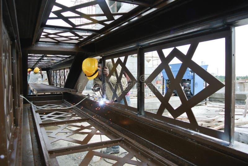 Сварщики сварили декоративную слабую сталь на строительной площадке стоковые фото