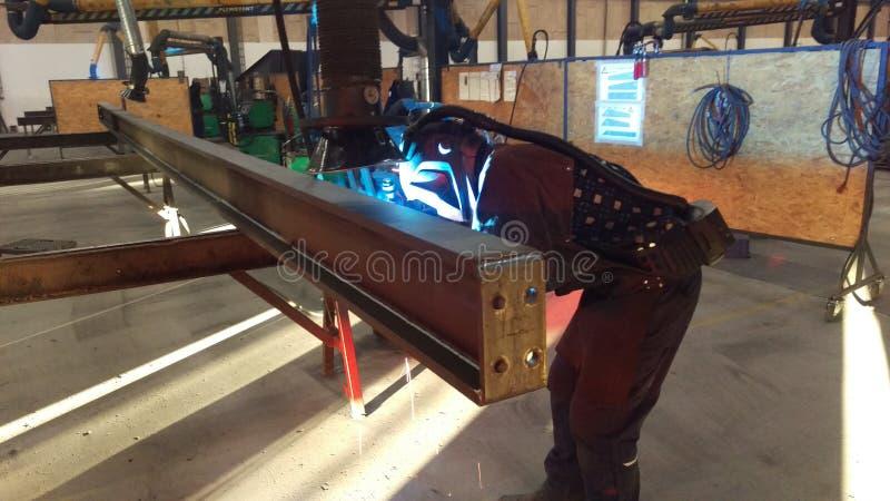 Сварщик в действии в мастерской стальной фабрики стоковая фотография rf