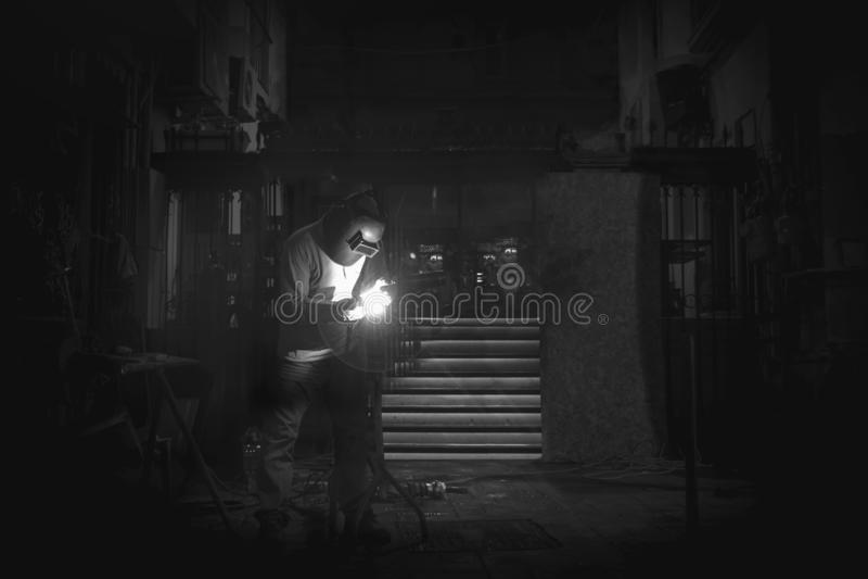 Сварщик работает вечером стоковое фото