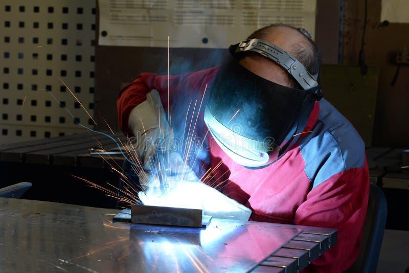 Сварщик работает в индустрии metall - портрете стоковое фото
