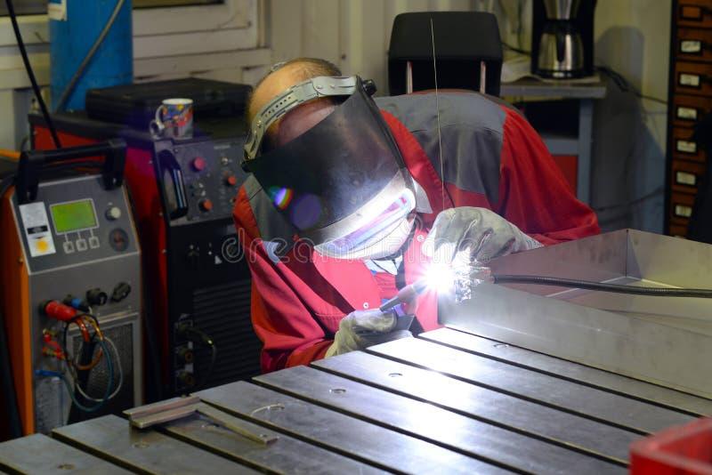 Сварщик работает в индустрии metall стоковое фото