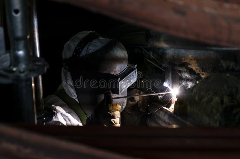 Сварщик с маской безопасности стоковые изображения rf