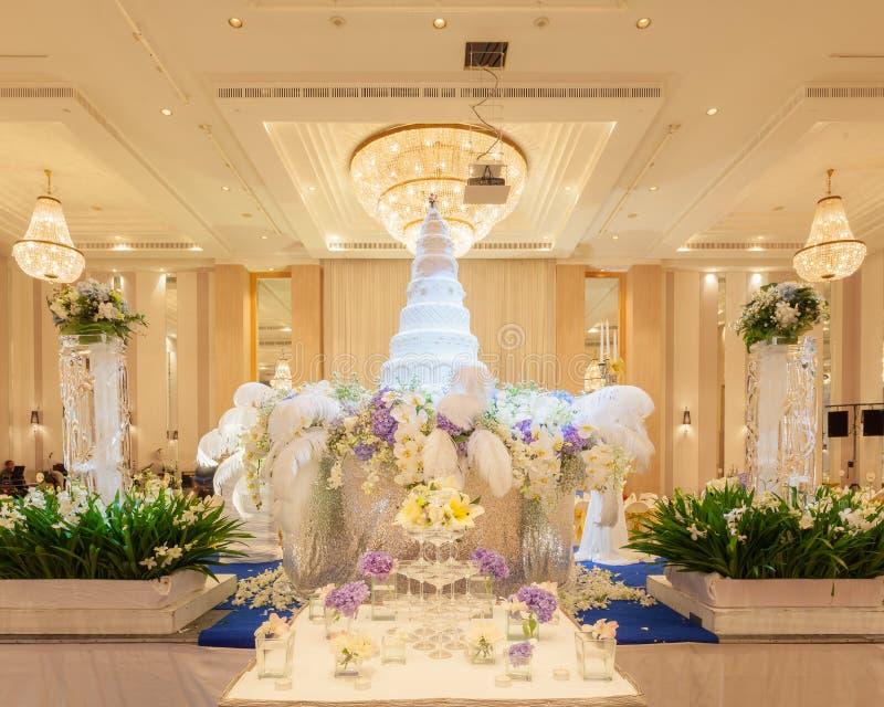 Свадебный пирог в свадебной церемонии - (Отмелый фокуса) стоковые изображения