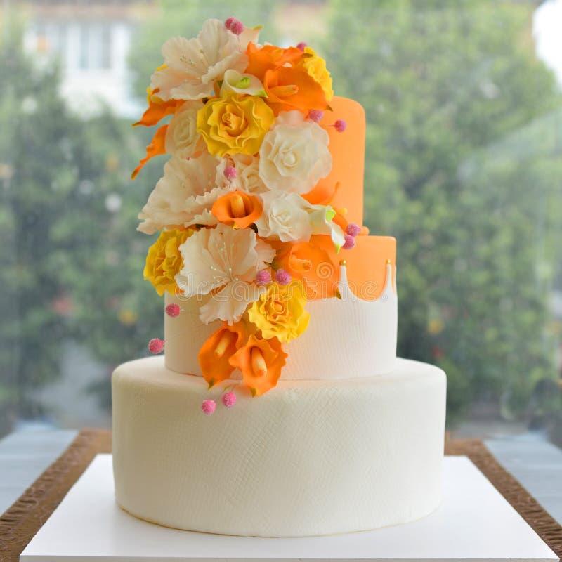 Свадебный пирог с цветками окном стоковые изображения rf