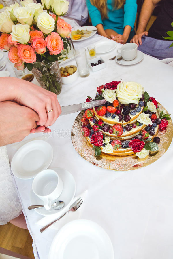 Свадебный пирог украшенный плодоовощами и цветками стоковая фотография