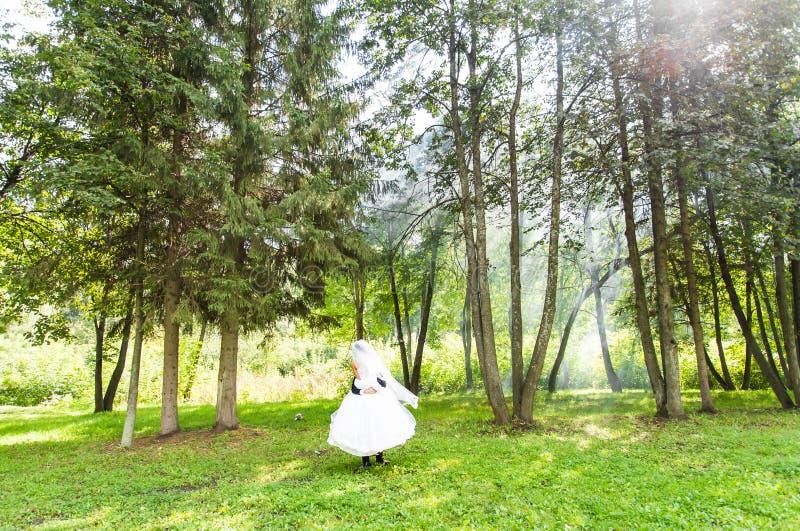 Свадьба, влюбленность, отношения, замужество Усмехаясь жених и невеста с голубым дымом стоковые фотографии rf