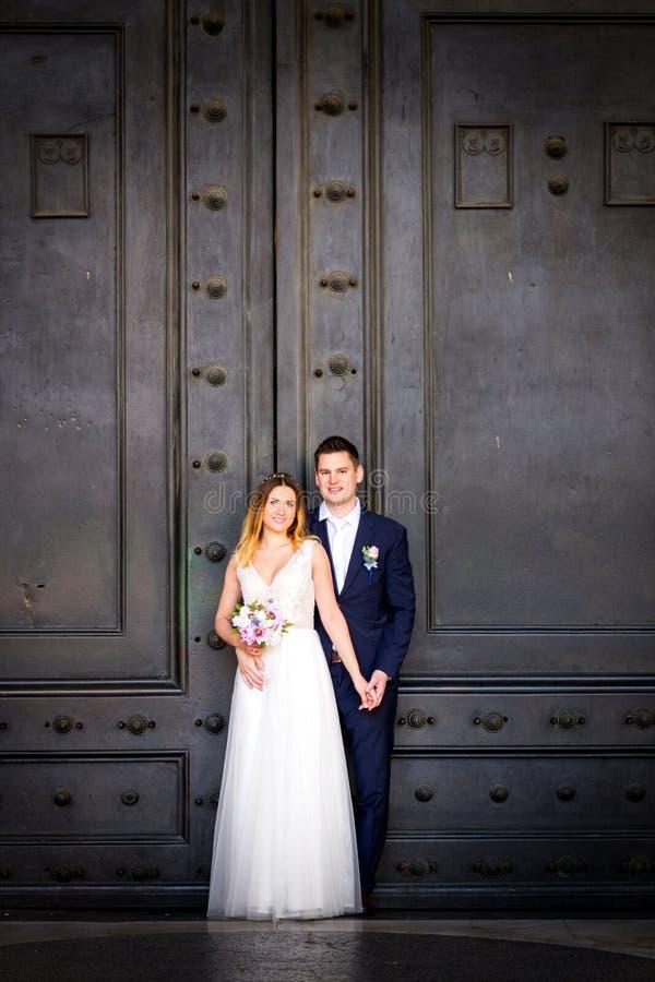 Свадьба жениха и невеста представляет перед пантеоном, Римом, Италией стоковое изображение