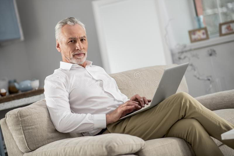 Сведущий бизнесмен работая дома стоковые изображения rf