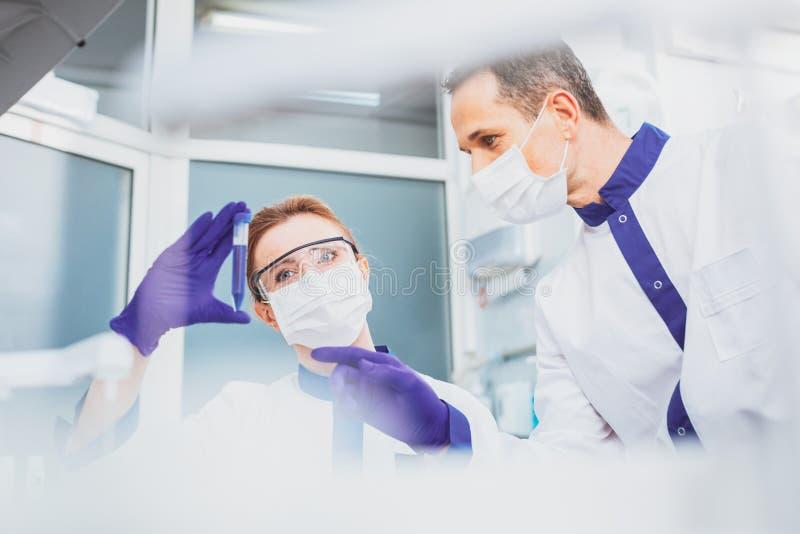 Сведущий медицинский работник говоря к его коллеге стоковое фото