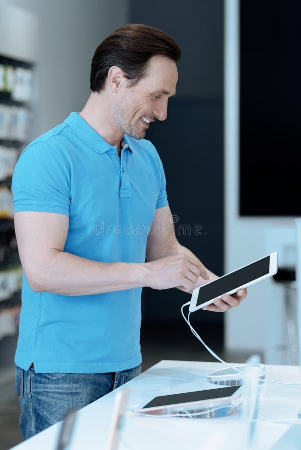 Сведущий потребитель смотря лучшую модель таблетки стоковые фото